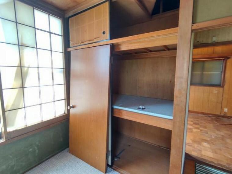 収納 【リフォーム前写真】2階南東居室の収納部分。クローゼットに変更予定です。各居室収納付きにリフォーム予定です。収納が多いとお部屋を広く使えますね。