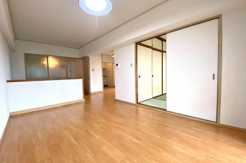 居間・リビング LDKは広々14帖。和室と続き間の使いやすい間取りです。バルコニーに面した明るいリビングです。