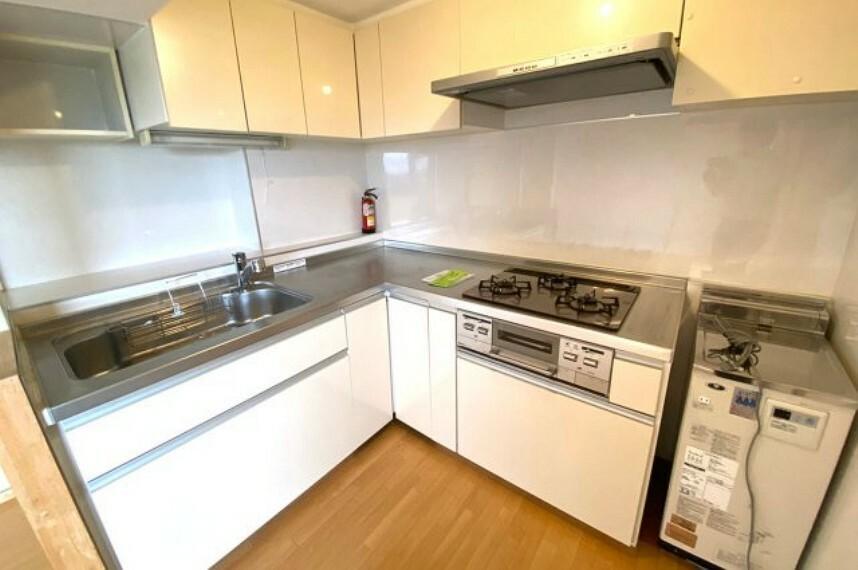 キッチン 作業効率がいいL字型のシステムキッチン。上下に収納があり、片付けがしやすいキッチンです。