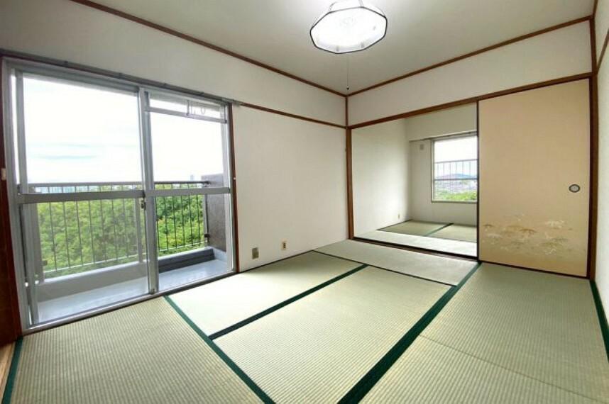和室 上階和室6帖。横側にバルコニー、奥にサンルームがあり、明るく風の通りがいいお部屋です。