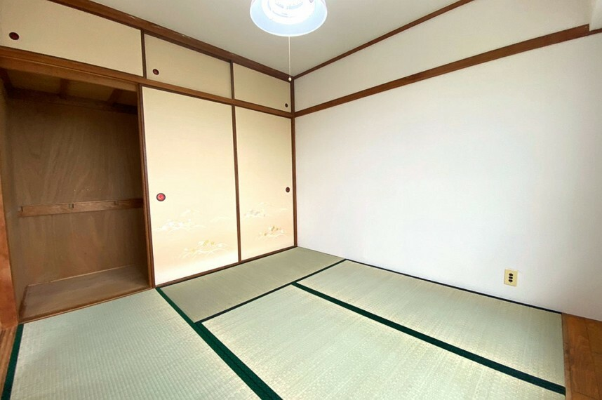 和室 上階和室6帖。天袋と大容量の押入があり、片付けがしやすい和室です。
