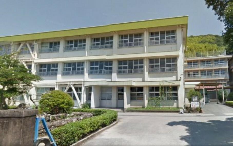 小学校 【小学校】三里小学校まで295m