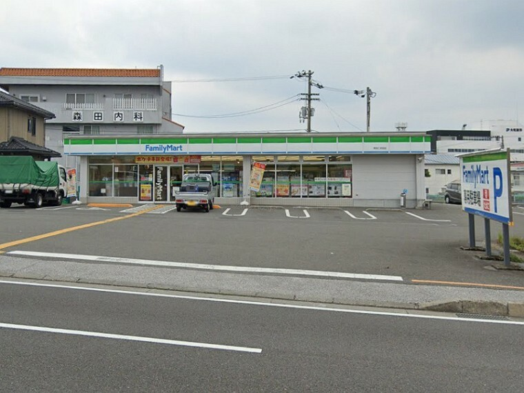 コンビニ 【コンビニエンスストア】ファミリーマート高知仁井田店まで299m