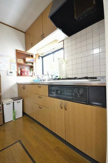 キッチン 吊戸棚など収納力のあるキッチンです