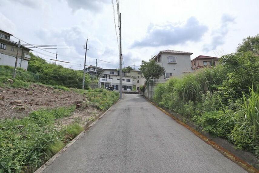 現況写真 物件の北側前面道路(東側から)