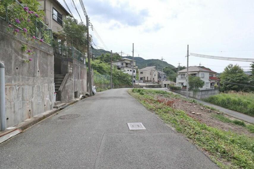 現況写真 物件の南側前面道路(西側から)