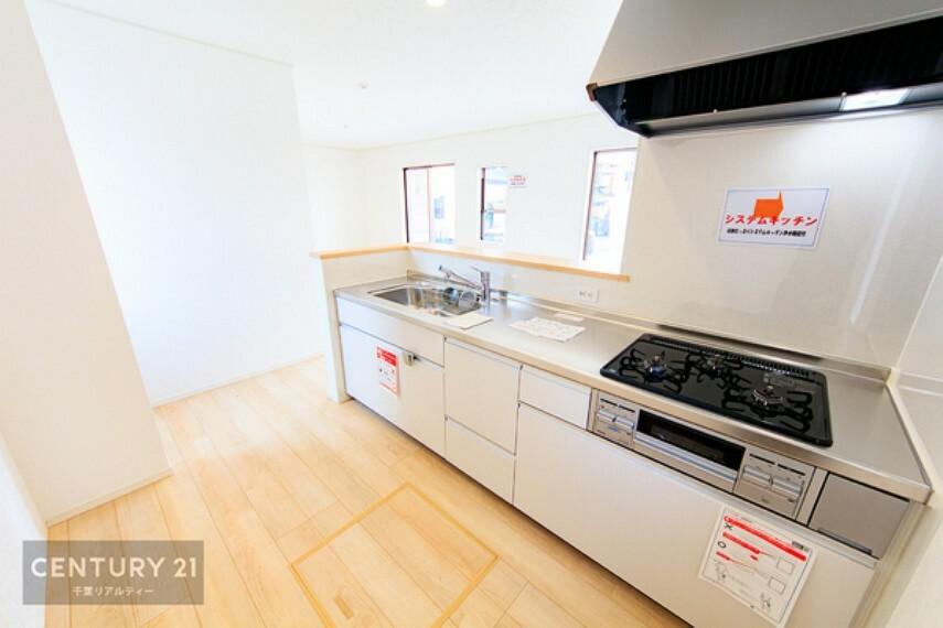 キッチン うれしい設備がたくさんのシステムキッチン。収納もたっぷりで、食品やキッチン用品もスッキリと収納できます!