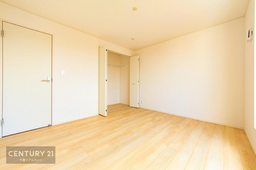 洋室 全居室収納スペース付きで、たっぷり収納がございます。 お部屋をスッキリと片づけられますね!