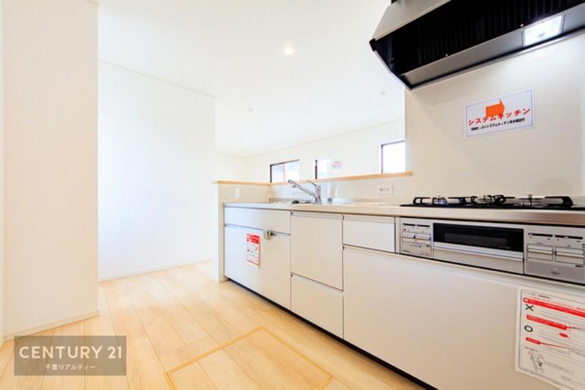 キッチン 人気のシステムキッチンは主婦には嬉しい設備と収納がいっぱい。 キッチン用品や食品をたっぷり収納できます。