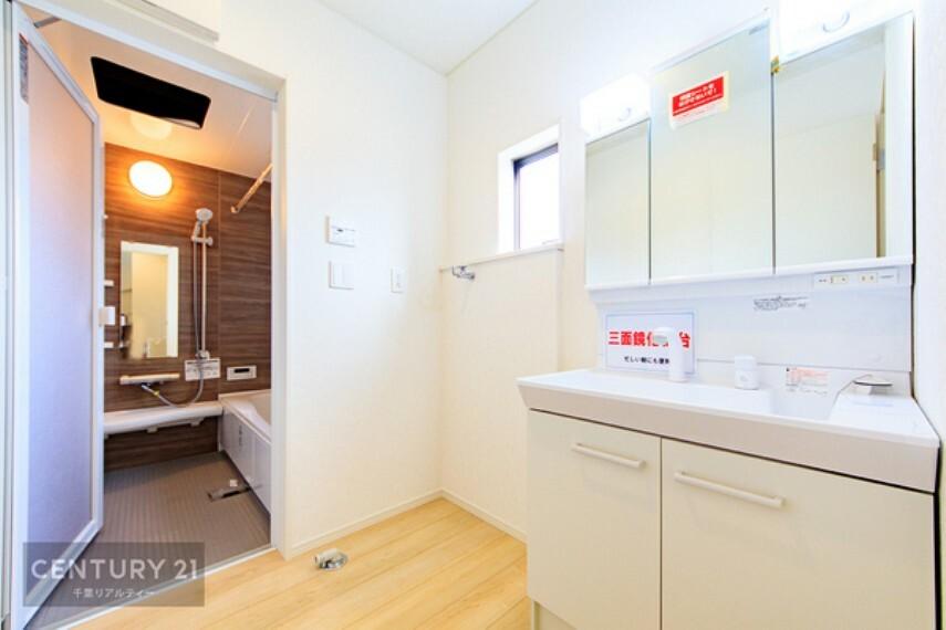 洗面化粧台 洗面所には小窓があるので換気もできます。明るく清潔感があり、脱衣スペースも広々ですね!