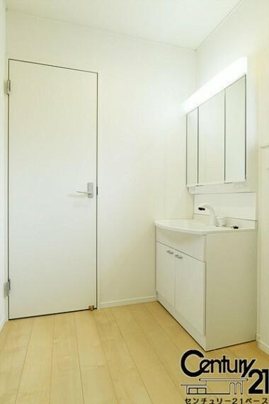 同仕様写真(内観) ■シャンプードレッサー機能付きの洗面台!収納も豊富です!■