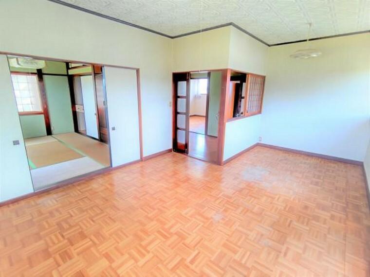 【リフォーム中】2階の10.37帖の洋室です。天井と壁のクロスの張替え、床はクッションフロアで仕上げます。ベッドと机を置いても圧迫感なく使えるお部屋です。