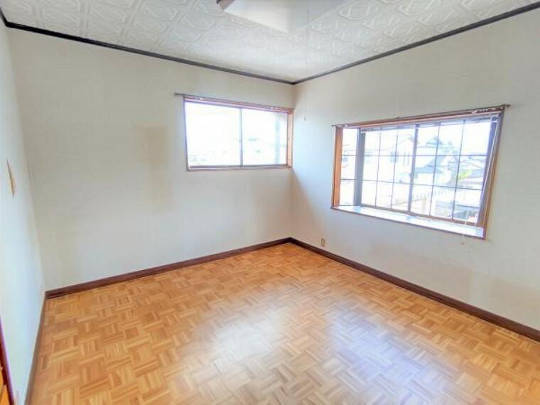 【リフォーム中】2階の7.33帖の洋室です。壁と天井のクロスの張替え、床はクッションフロアで仕上げます。二面採光の明るく風通しの良いお部屋です。お子さんの勉強部屋やお父さんの書斎にピッタリですね。