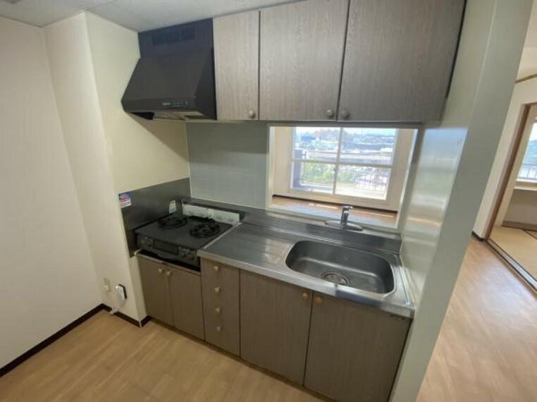 キッチン 【リフォーム前キッチン】キッチンを新品に交換致します。吊戸棚を撤去して開放的な空間にします。