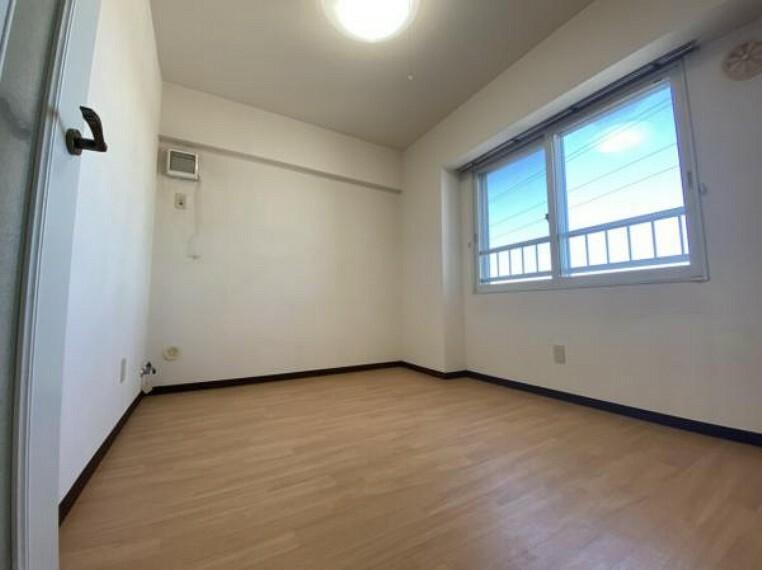 【リフォーム前洋室1】床張替・壁天井クロス張替・照明交換・建具交換を行います。
