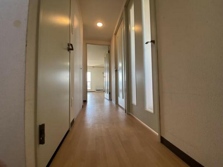 【リフォーム前廊下】床張替・壁天井クロス張替・収納の折れ戸交換を行います。