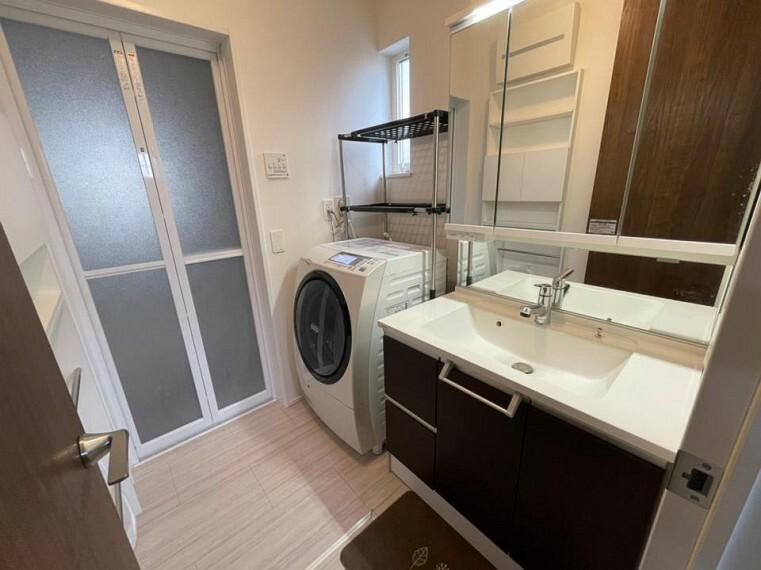 洗面化粧台 ~washroom~  三面鏡にハンドシャワー付き、使いやすい洗面台