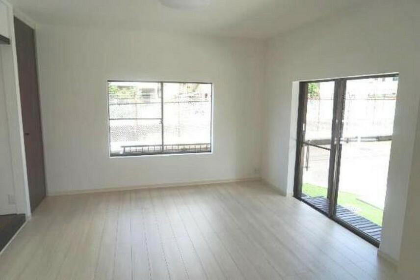 居間・リビング 3面採光で明るく通風良好です。