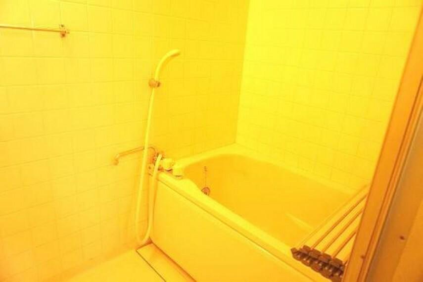 浴室 追い焚き機能付きバスで、夜遅いご家族もいつでも温かくご入浴頂けます。