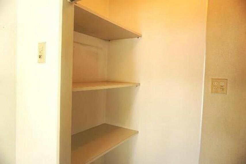 収納 キッチン横には便利な収納スペース付き。