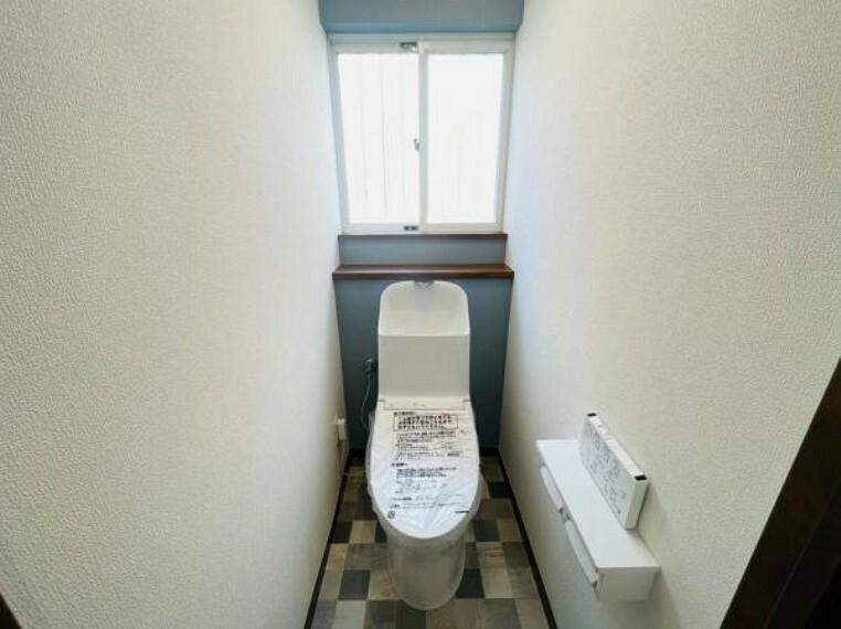 トイレ ブルーのアクセントクロスがさわやかなトイレスペース
