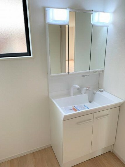 同仕様写真(内観) 【同仕様写真・洗面化粧台】ミラー扉の内側が収納スペースで整理しやすく、綺麗な洗面化粧台を保てます。