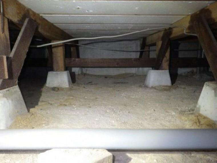 構造・工法・仕様 住宅に雨漏り、構造部分の欠陥や腐食などがあった場合は、弊社が引き渡しから2年間保証します。その前提で床下まで確認の上でリフォームし、シロアリの被害調査と防除工事もおこなっています。
