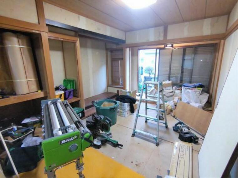 【リフォーム中写真10月25日撮影】1階玄関横6帖の和室のお写真です。畳は表替えを行います。
