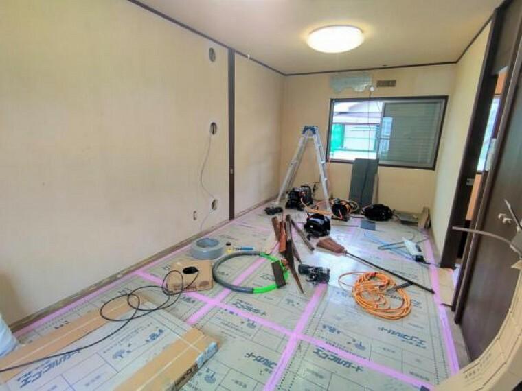 【リフォーム中写真10月25日撮影】2階9畳洋室のお写真です。こちらもフロアタイルの重ね張りが終わりました。これからクロスは張替えを行います。