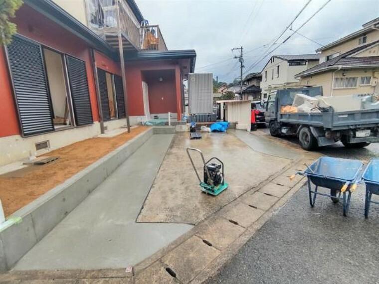 駐車場 【リフォーム中写真10月25日撮影】駐車場は2台停められるよう、拡張工事を行いました。