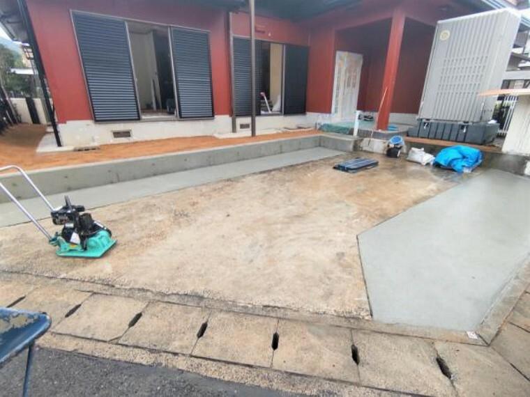 駐車場 【リフォーム中写真10月25日撮影】駐車場別角度から。