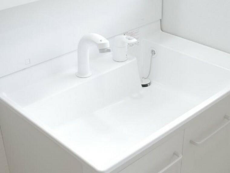 洗面化粧台 【同仕様写真】洗面化粧台ボウルは髪や泡がスイスイ流れる「すべり台ボウル」に加え、レバーはお湯と水をきちんと使い分けられる「エコシングル水栓」によりお湯の無駄遣いを防止します。