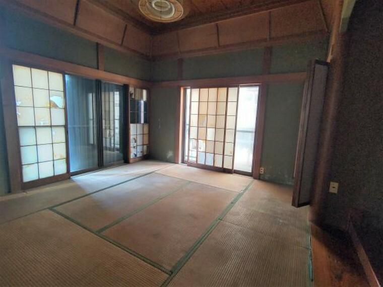 居間・リビング 【リフォーム中】一階和室は解体し繋げてLDKを造ります。水回りも移動し天井壁クロス張替え、照明交換、床フローリング張、建具交換と新しい空間に生まれ変わります。