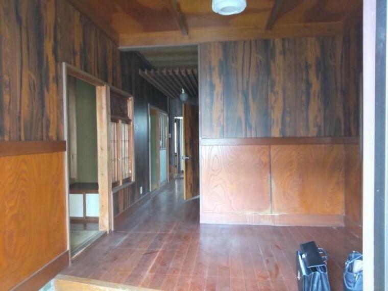 玄関 【リフォーム中】広い玄関がこちらの物件の魅力です。シューズボックス交換、照明交換、床フローリング張、天井壁クロス張替えを行います。