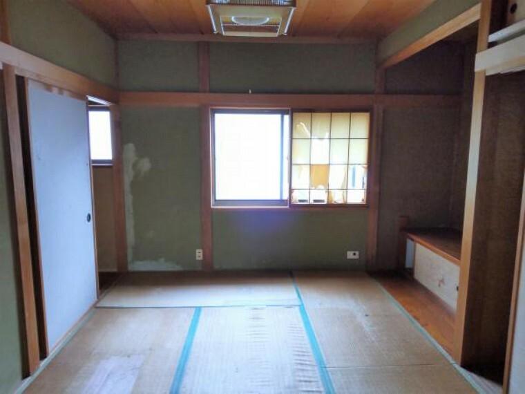 【リフォーム中】二階和室は洋室に変更いたします。天井壁クロス張替え、床フローリング張、照明交換、建具交換を行います。