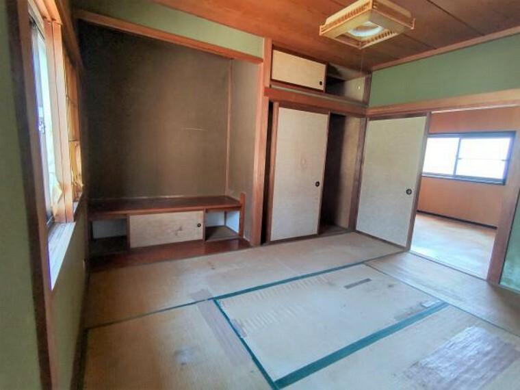 【リフォーム中】二階和室は一部屋和室として残します。ヘリ無し畳に交換、照明交換、天井壁クロス張替え、障子襖張替えを行います。