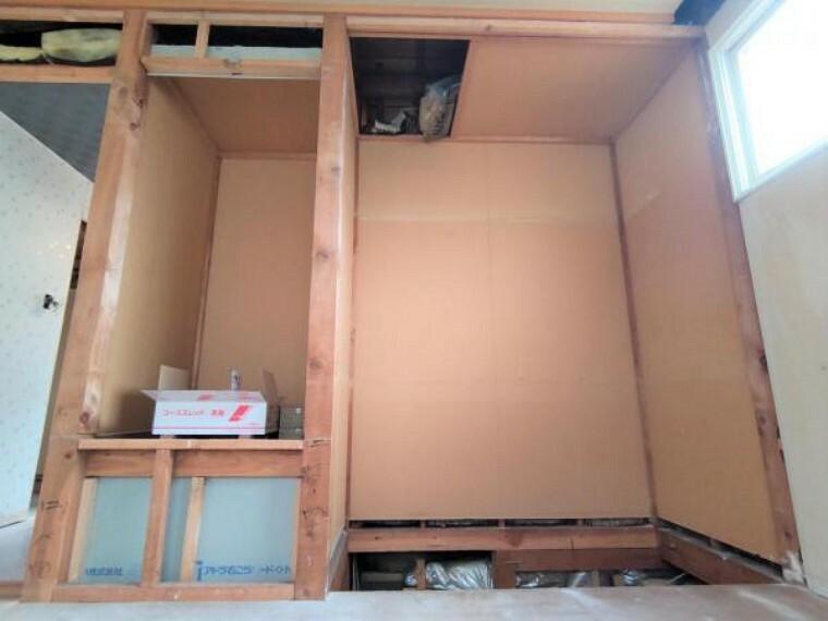 【リフォーム中】2階6帖洋室の収納部分の写真です。写真右側に幅一間のクローゼット、左側には可動式の棚を設置します。