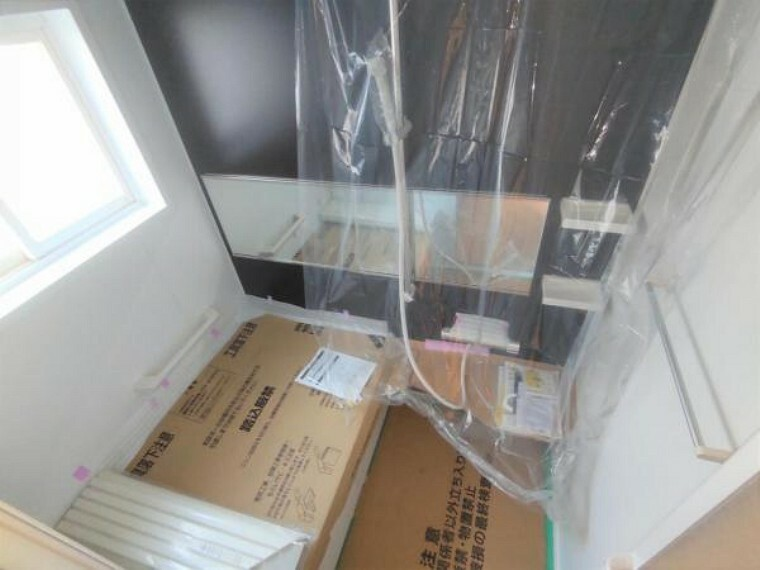浴室 【リフォーム中】浴室はLIXIL製の新品のユニットバスに交換しました。床は水はけがよく汚れが付きにくい加工がされているのでお掃除ラクラクです。