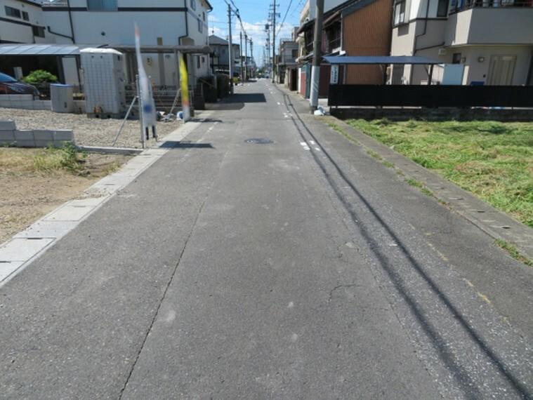 現況写真 見通しの良い前面道路です。お散歩も楽しめそう。