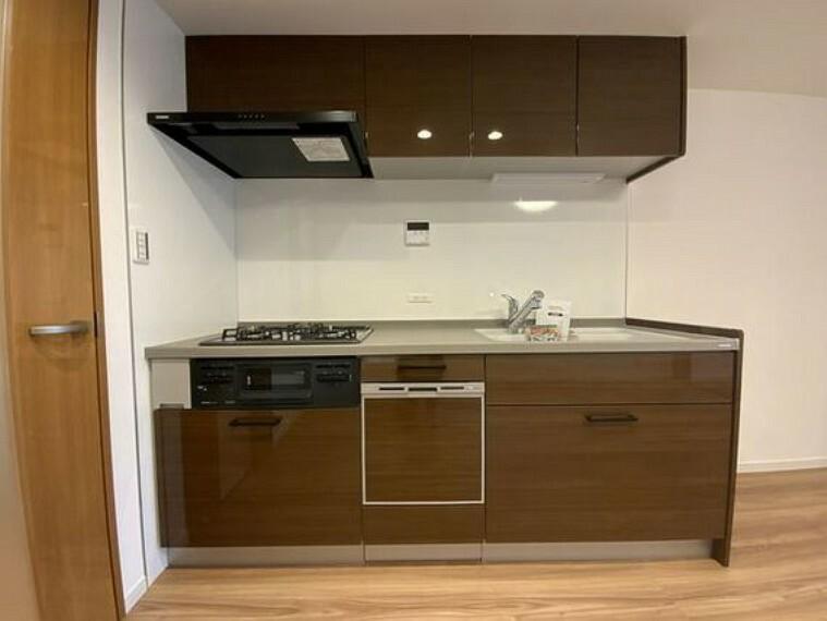 ダイニングキッチン 壁付けタイプのキッチンはお料理に集中もでき、配膳の導線もスムーズ。メリットが豊富なキッチンです。