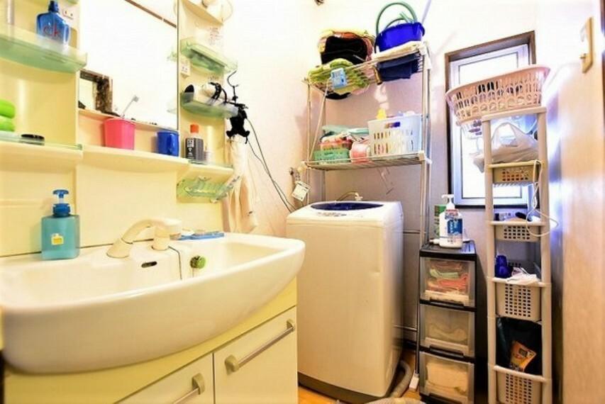 洗面化粧台 洗面室と洗面化粧台です~窓がありしっかり換気もできる洗面室です