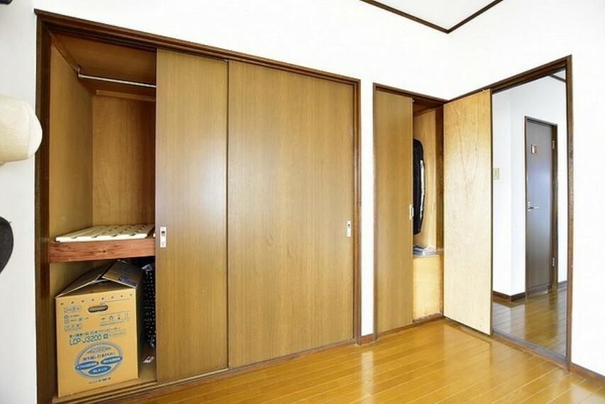 洋室 2階北側洋室6.0帖の引戸収納と開戸収納庫です~大小合わせてタタミ1.5帖分の広い収納力を確保しています