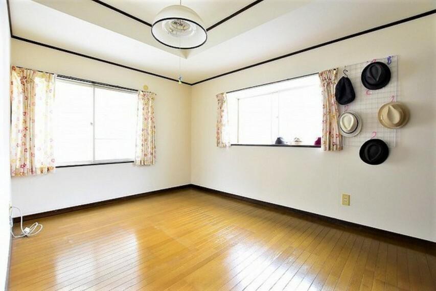 洋室 2階北側の洋室6.0帖です~開口の大きい窓が2箇所あるので明るく風通しも良いです