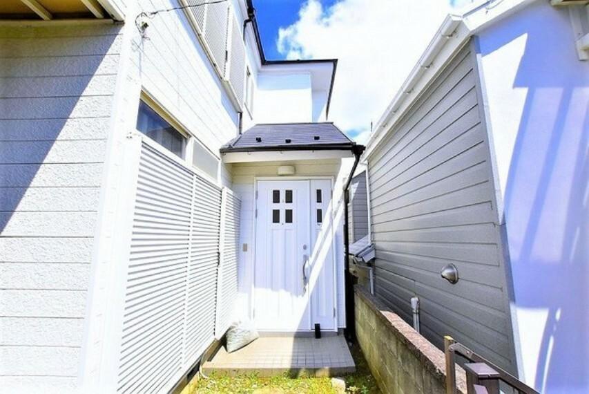 外観・現況 玄関アプローチ~玄関ドアは広くてお掃除のしやすい親子ドアを採用しています