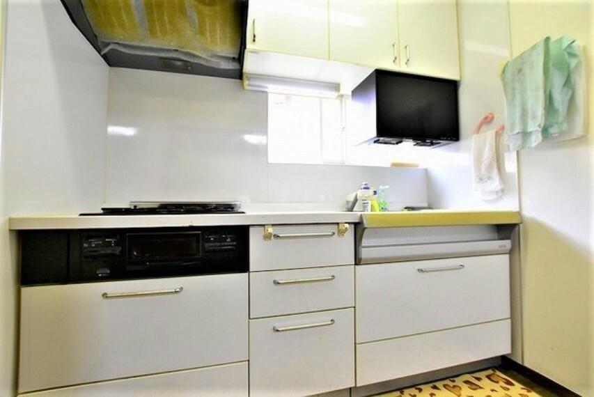 キッチン 大きな窓のある明るく風通しの良いキッチンコーナーです
