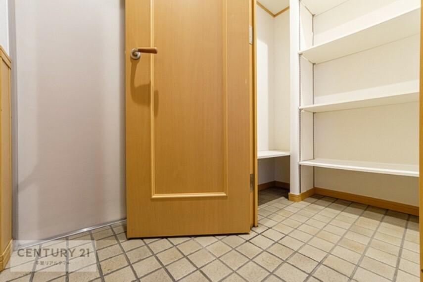 玄関 シューズインクローク付きです。ベビーカーやお子様の遊び道具、アウトドア用品などを収納しておけますね!