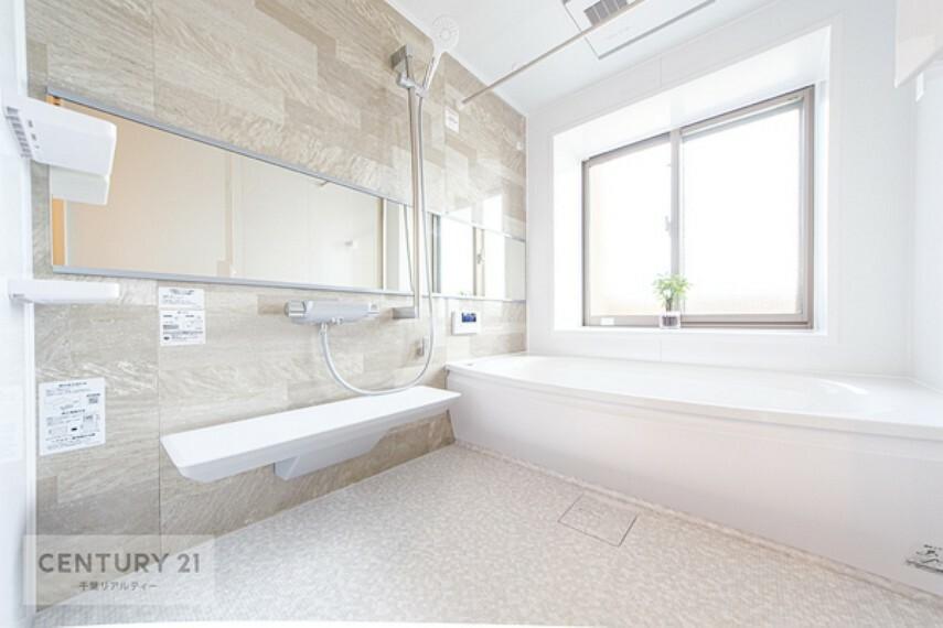 浴室 広々バスで1日の疲れをリフレッシュ!浴室乾燥機付きで、防カビ対策や悪天候の日のお洗濯物にも困りませんね!