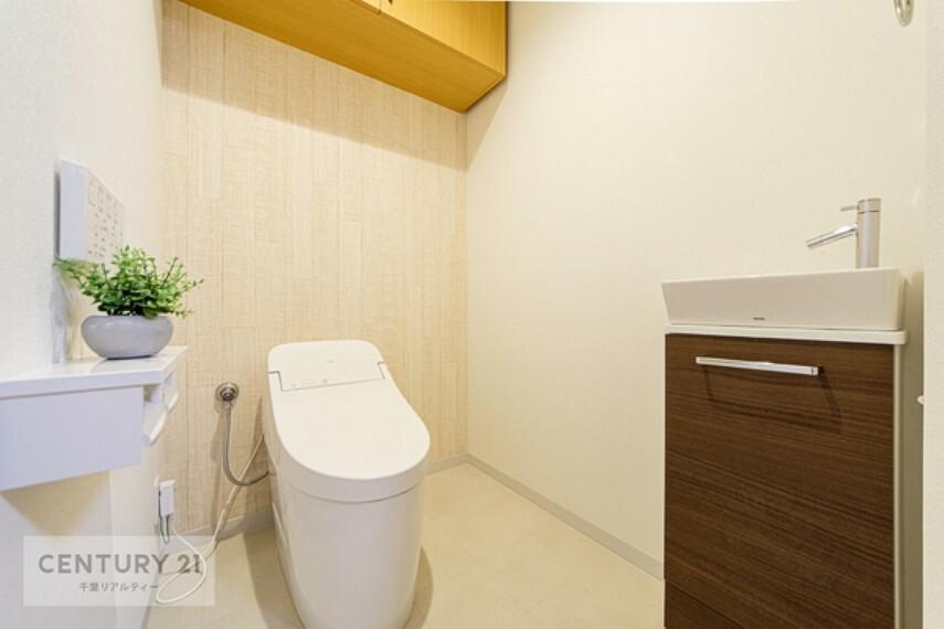 トイレ 落ち着いた雰囲気のトイレは嬉しいですね。温水洗浄便座付きです。