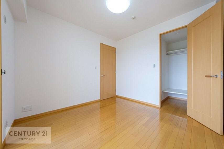 寝室 壁面が広く、窓も高い位置にあるのでベッドや家具の置き場所にも困りませんね!収納力もバッチリです!