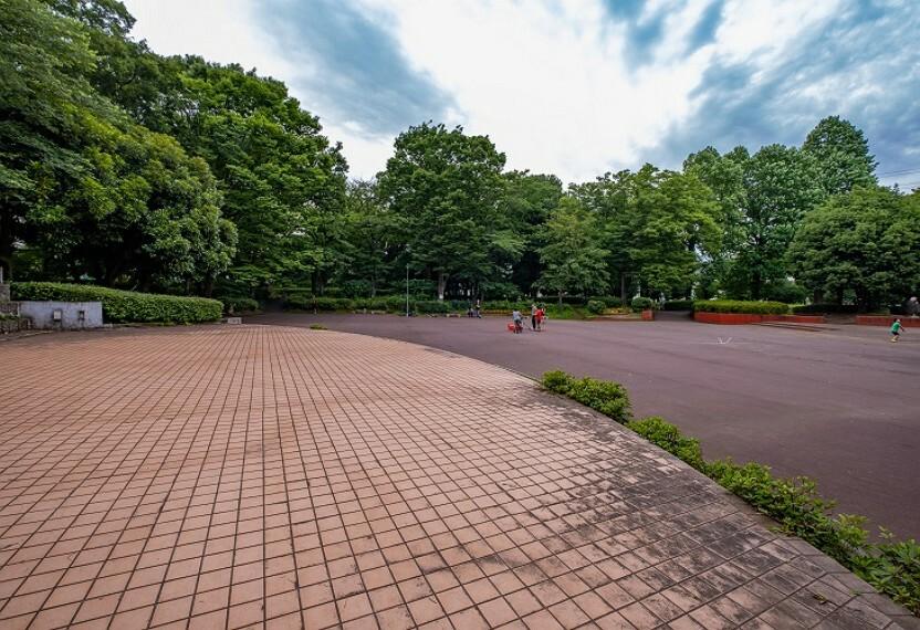公園 市役所や市民会館に隣接する、敷地面積約22849平米の広大な公園。遊歩道や走り回れる芝生広場、屋外ステージがあります。ピクニックも楽しめます。(日野中央公園 徒歩3分・約240m)